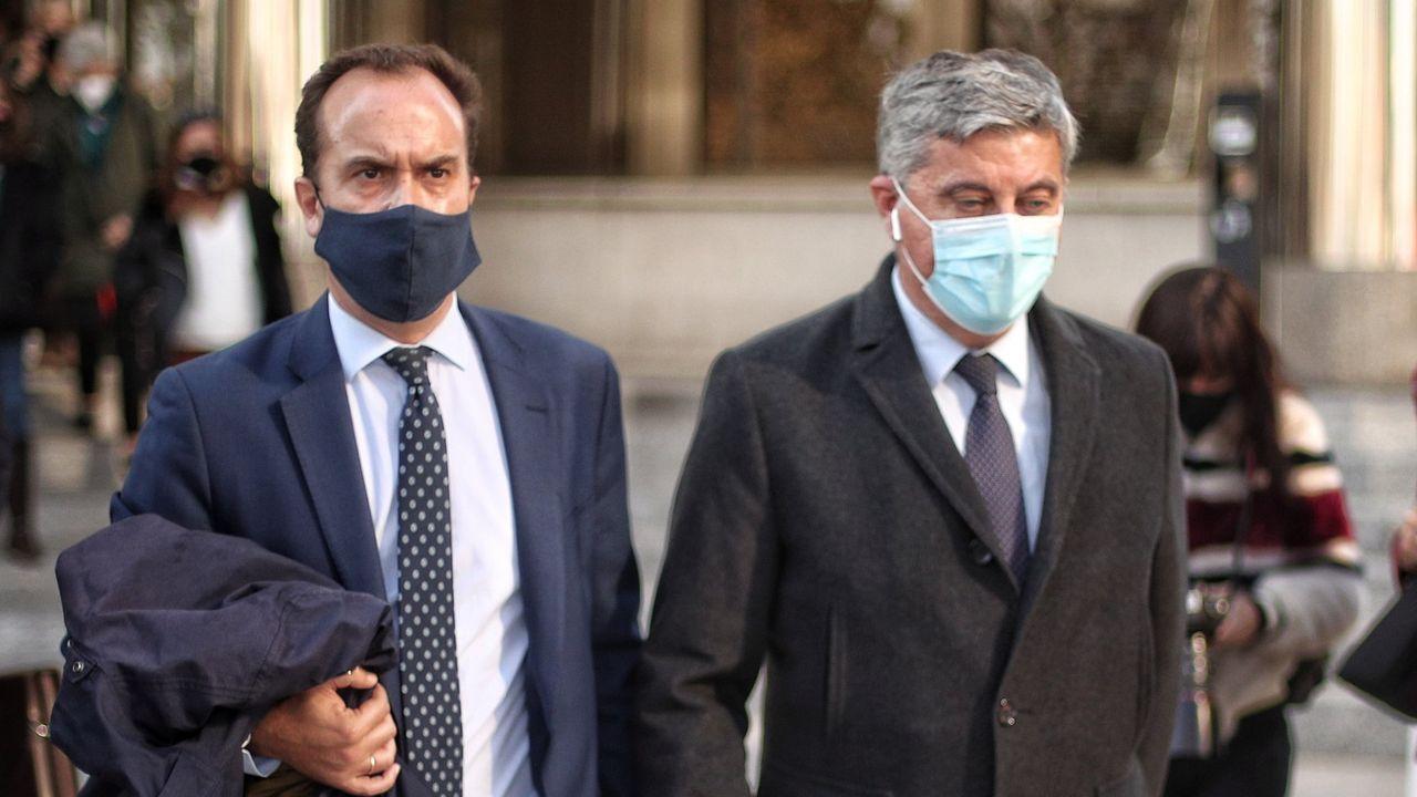 El administrador de la consultora Neurona, Elías Castejón, la derecha, sale de los juzgados de Plaza de Castilla el pasado 13 de noviembre