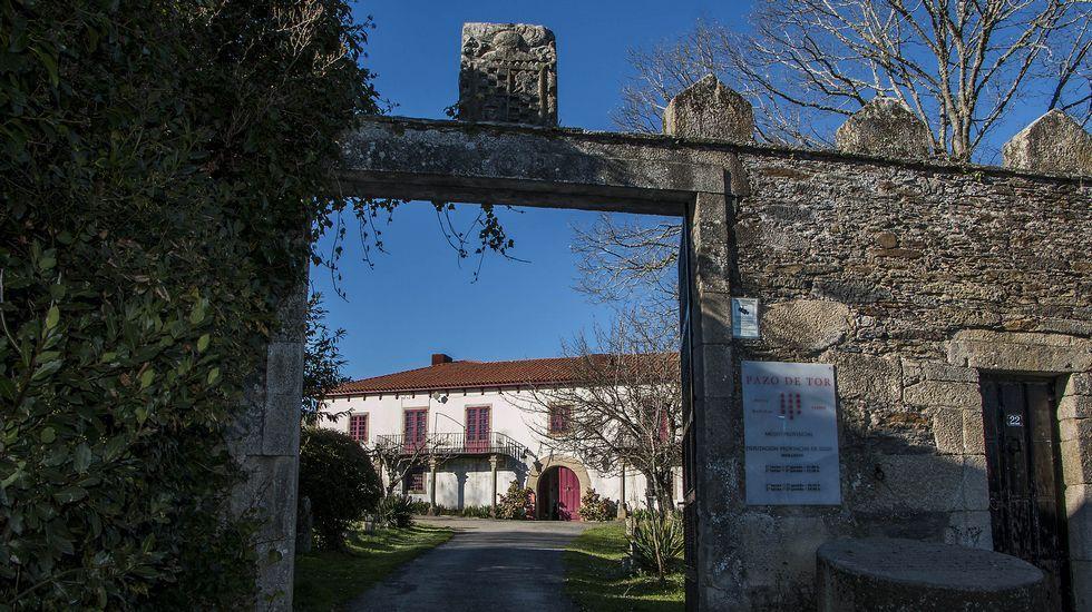 Portón de entrada del muro que delimita los terrenos del pazo