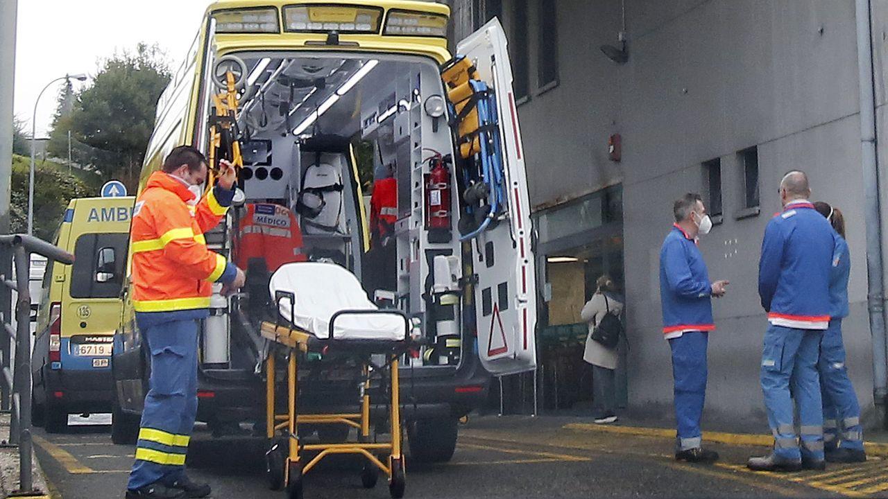 Entrada de urgencias de Montecelo, en Pontevedra, hospital donde este jueves hay 68 pacientes covid en planta y 15 graves en unidades de críticos