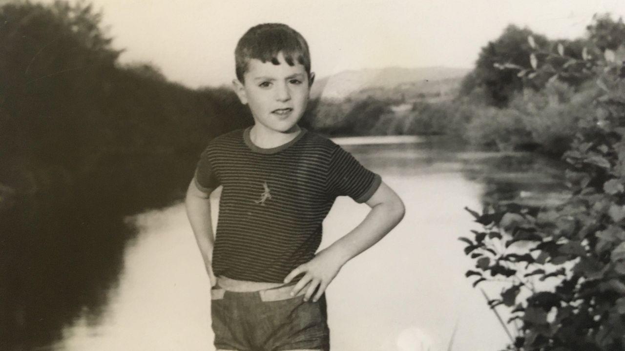 José Luis Mascareñas, xunto ó río Arnoia, cando era un neno