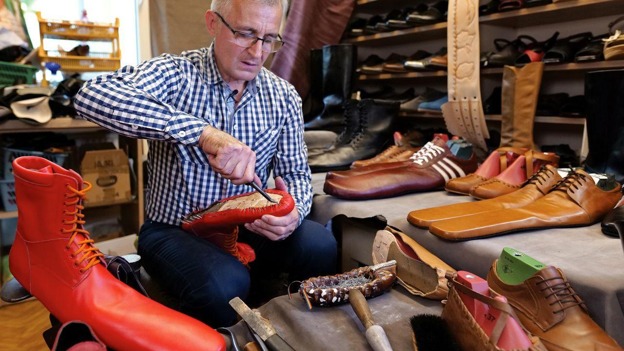 Un zapatero rumano ha creado unos zapatos de 75 centímetros de largo para establecer la distancia social