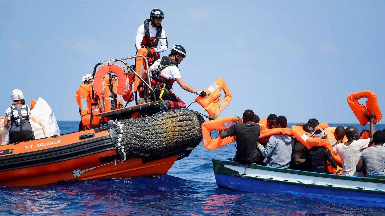Las imágenes tras el salto de la valla de Ceuta.Inmigrantes desembarcan del buque de la guardia costera italiana Diciotti en el puerto de Catania, Italia, el 13 de junio de 2018