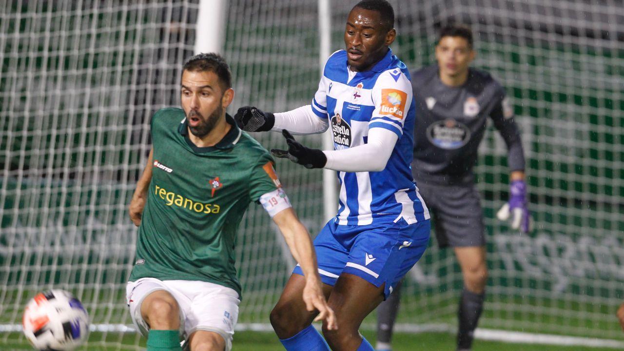 Las imágenes del partido entre el Pontevedra y el Compostela.Claudio Beauvue, en una ocasión del partido contra el Racing en A Malata