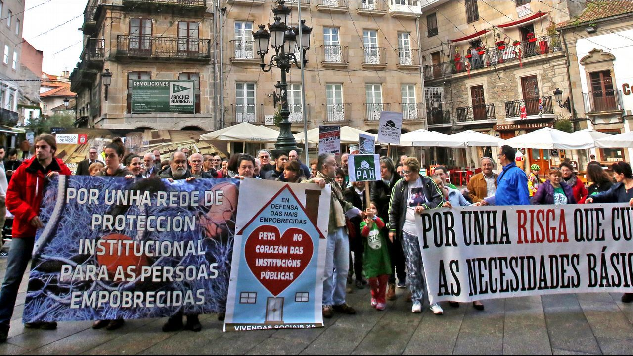 La PAH paraliza un desahucio en Oviedo.Integrantes de la PAH piden la dimisión de la concejala Eva Illán