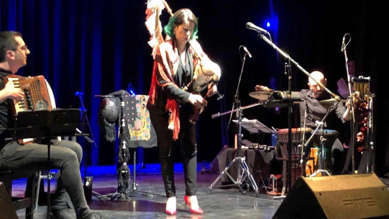 Cristina Pato interpreta «Negro caravel» junto a María Núñez, Xiana González y Patricia Sampedro, alumnas del IES As Lagoas.Francisco Castro publicará unha nova novela no 2020
