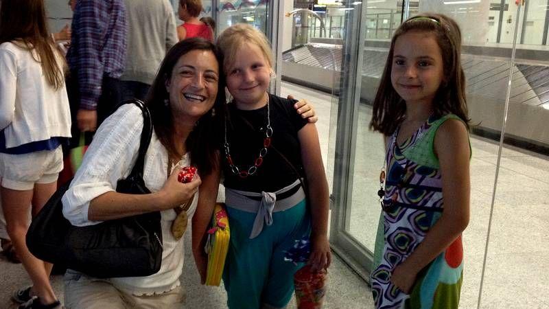 Los niños, con sus familias de acogida gallegas, ayer, en el museo de la Escuela Naval de Marín.