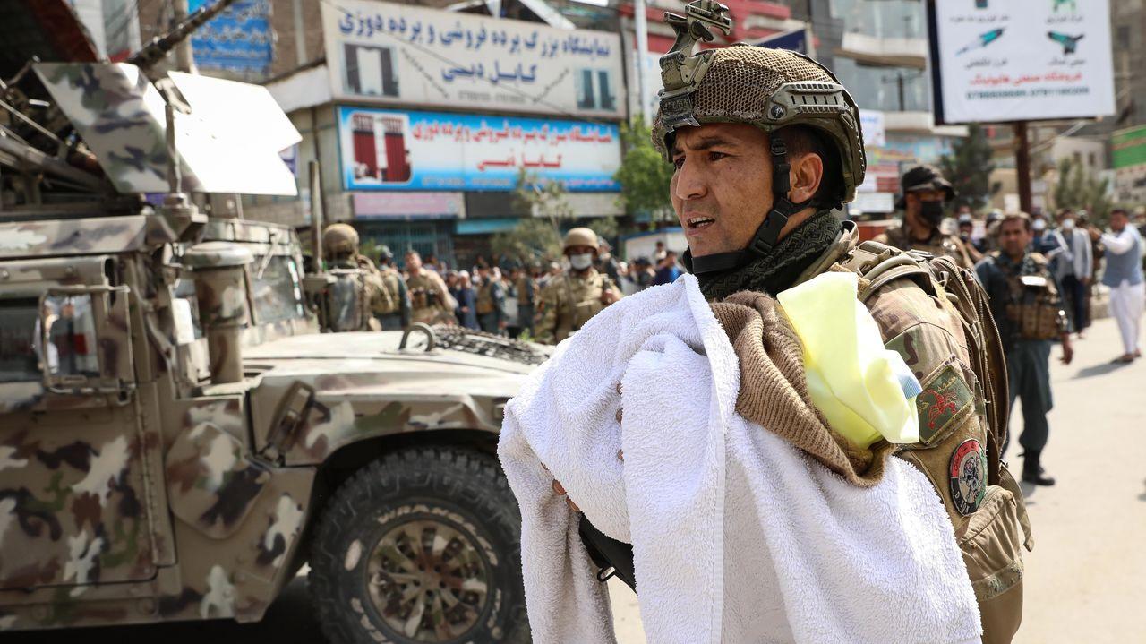 Un soldado afgano evacúa a un bebé de la maternidad atacada por el EI en Kabul