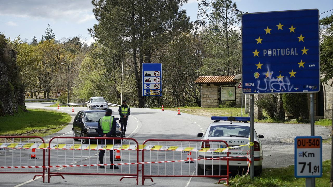 Un grupo de pasajeros consulta los vuelos en el Aeropuerto de Asturias.La frontera con Portugal, principal destino de los gallegos, permanecerá cerrada hasta el 1 de julio