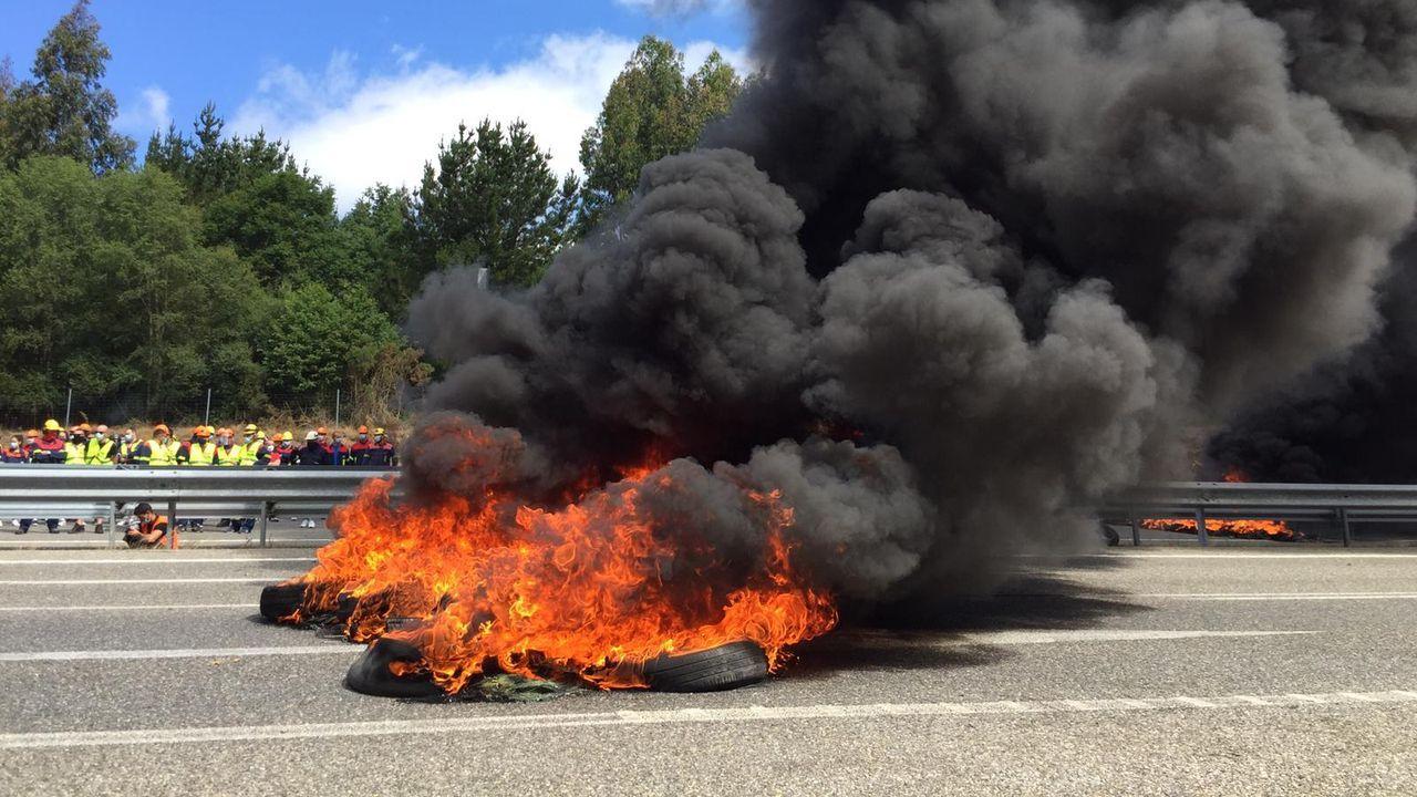 Fuego en la barricadas de este viernes, el devastador incendio que provocará en A Mariña el cierre de la fábrica de San Cibrao