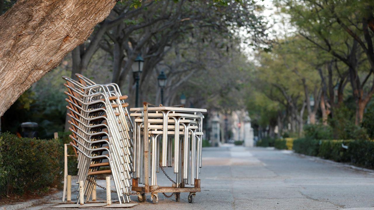 Sillas y mesas recogidas en los jardines de Viveros de Valencia