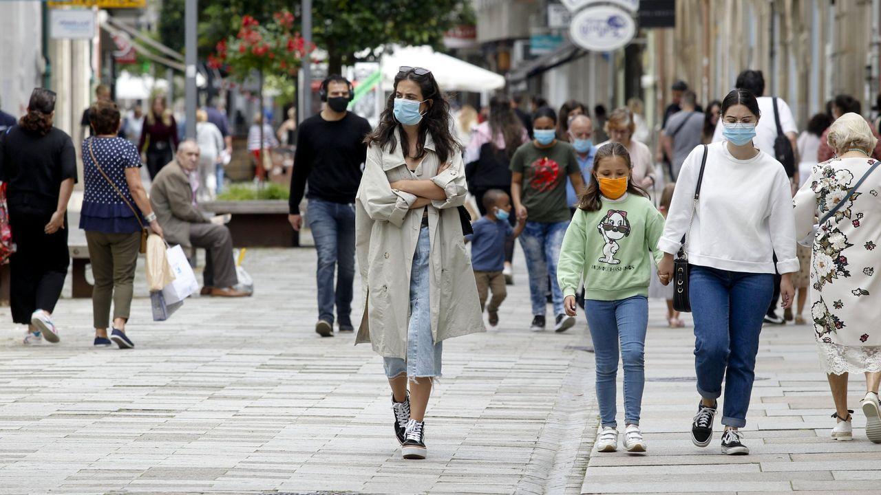 Turistas con maletas en la Rúa do Franco, en Santiago, el pasado mes de noviembre