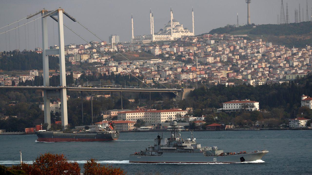 Un barco de guerra ruso pasa por el estrecho del Bósforo en su camino desde el mar Negro hacia el Mediterráneo