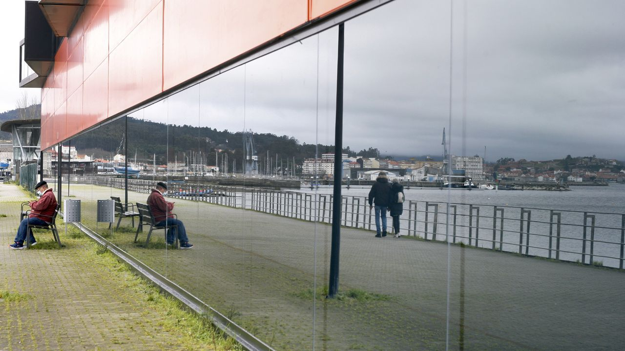 Las imágenes de la cumbre sobre el futuro del puerto de A Coruña.Un barco pesquero entra en el puerto de Avilés.