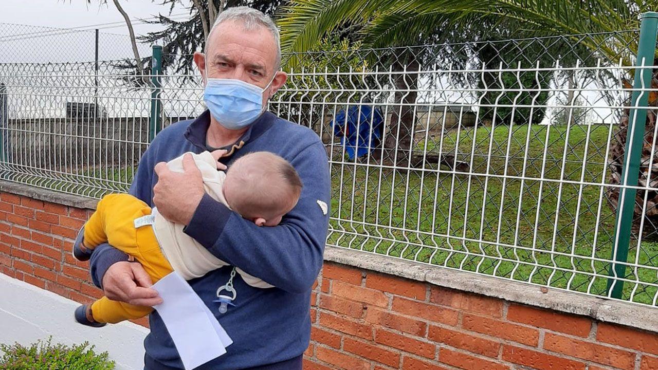 Luis Álvarez sostiene a su bebé y la reclamación presentada en el HUCA