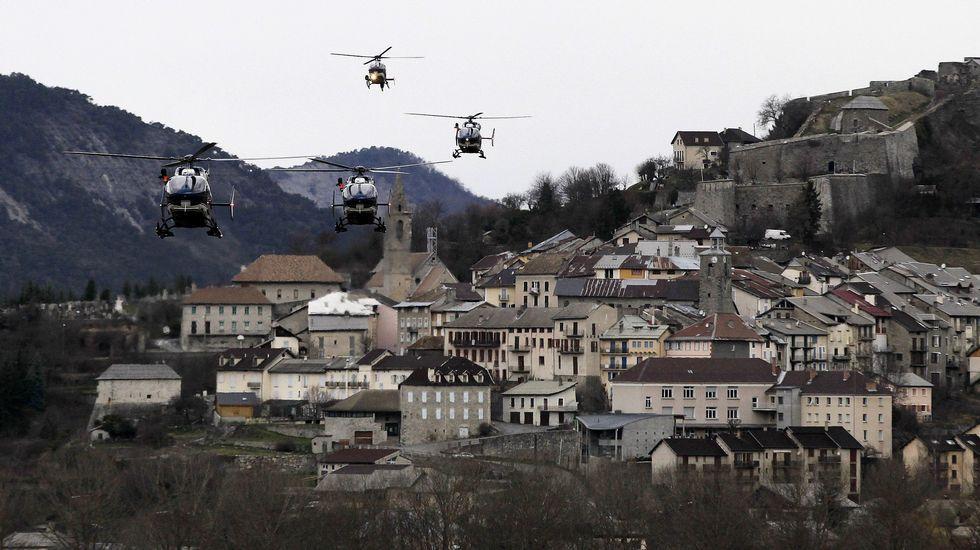 Despliegue. Helicópteros sobrevuelan la población francesa de Seyne-les-Alps, donde ayer recomenzaron las tareas de rescate de los restos del Airbus A320 que se estrelló en una montaña cercana.