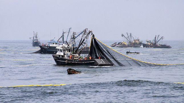 El temporal deja bellas imágenes en la costa de A Mariña.Imagen de archivo del Eroski en Ribadeo, hipermercado, en el polígono de Vilar