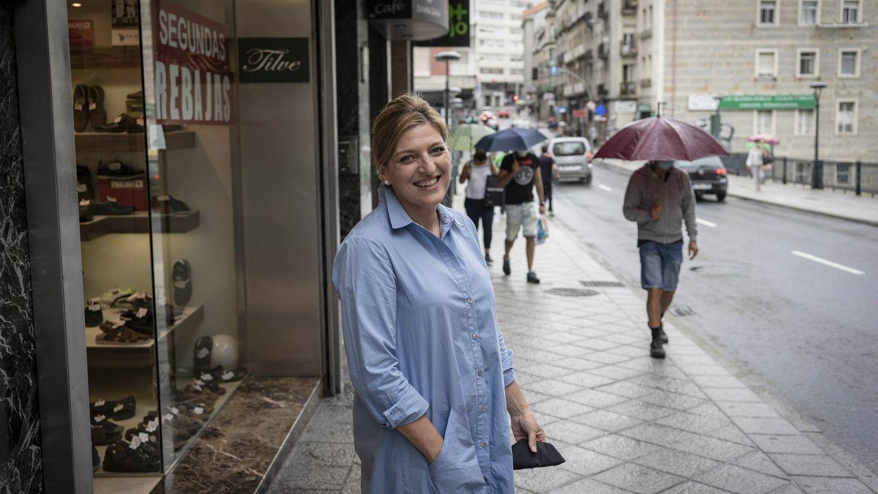 Paz Tilve, a las puertas de su negocio en la calle Ervedelo