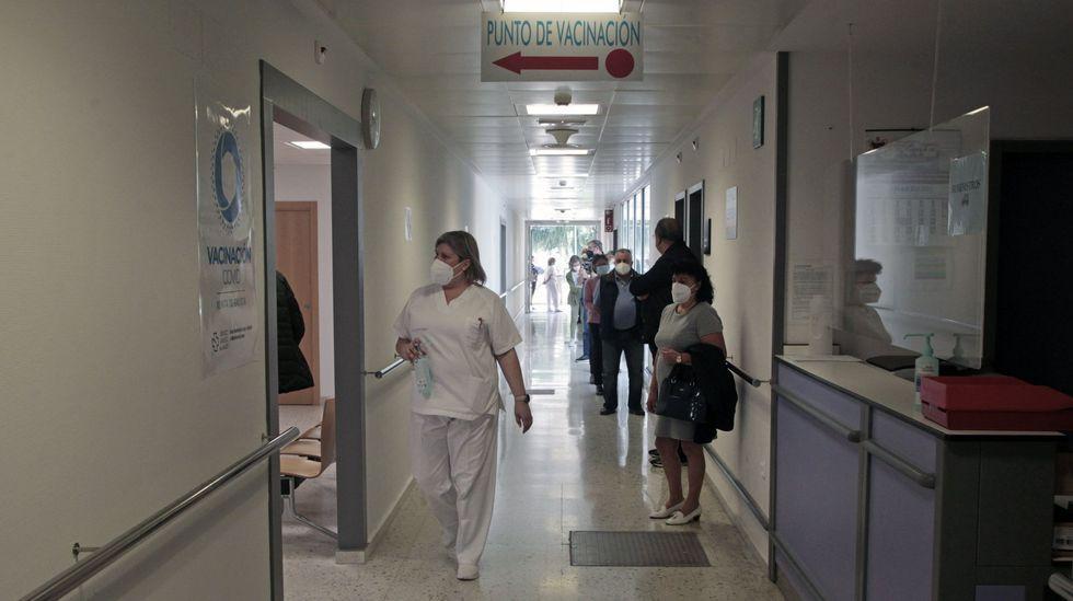 Cola para recibir la vacuna contra el covid-19 en el hospital de Monforte