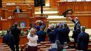 El secretario de la Cámara anuncia el resultado de la moción de censura.