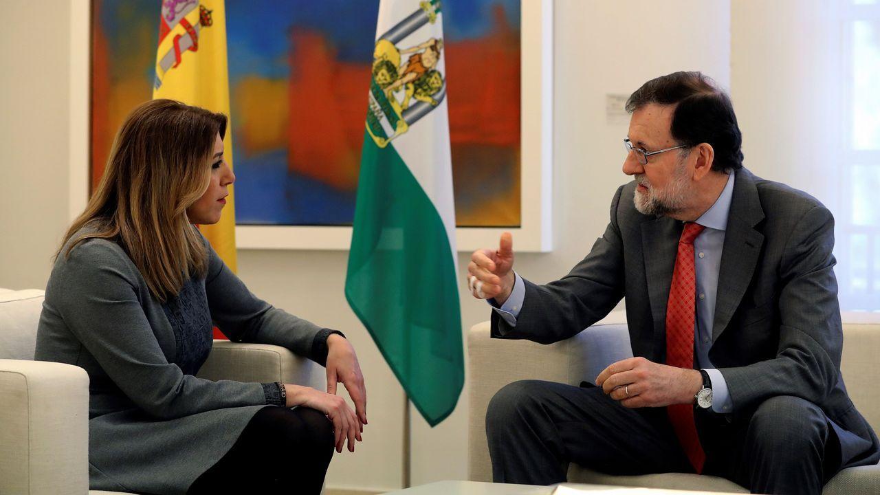 Pedro Sánchez escucha cómo Javier Fernández atiende a los medios de comunicación, durante una visita a Asturias.Susana Díaz y Rajoy, en la reunión sobre la reforma de la financiación autonómica