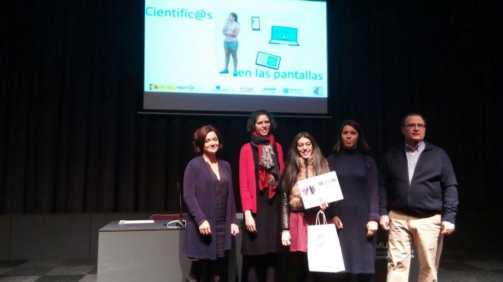 A gañadora recibe o premio no acto que se celebrou o domingo 20 de novembro