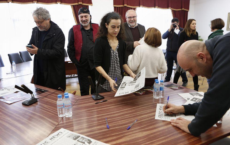 Os responsables da adaptación e o autor, onte en Vimianzo, co alcalde