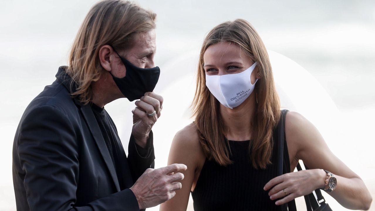 El realizador, Sharunas Bartas (i), posa junto a la ayudante de dirección, Alina Lukosevic, antes de presentar su película  Sutemosa/In the dusk