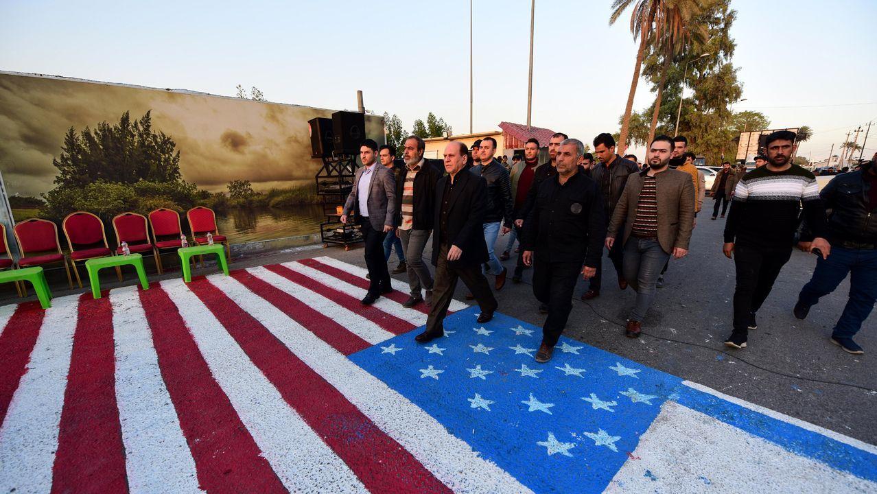 Seguidores de las milicias iraquís pro chiíes pisan la bandera de Estados Unidos.