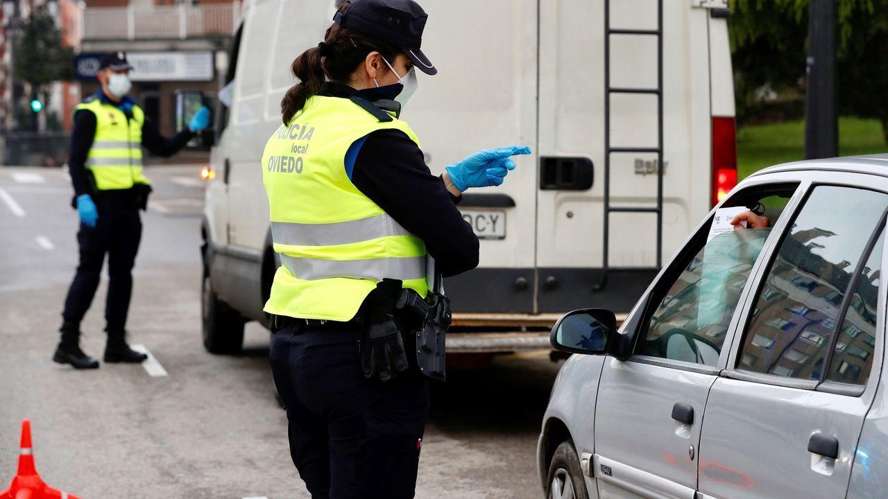 Control de la policía local de Oviedo a la entrada de la ciudad este viernes, una jornada marcada por el estado de alarma a causa de la crisis del coronavirus