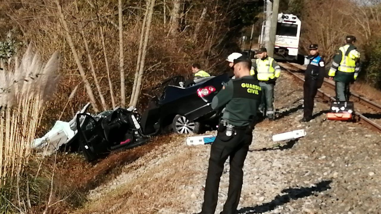 El estado del vehículo tras ser arrollado por el tren en Belmonte de Pría, Llanes.