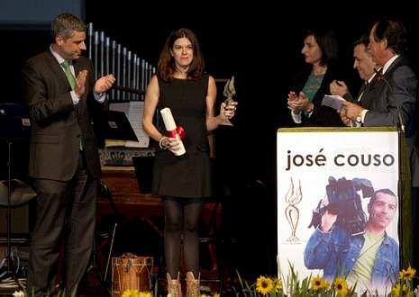 Momento de la entrega del premio ayer a la reportera Mónica García.