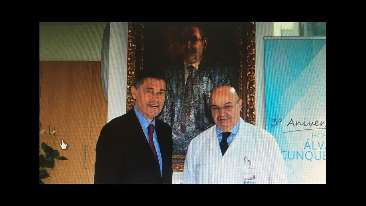 José María Eiros (esquerda) e Benito Regueiro (dereita) ante o retrato de Álvaro Cunqueiro no hospital que leva este nome, en Vigo, nunha imaxe de arquivo