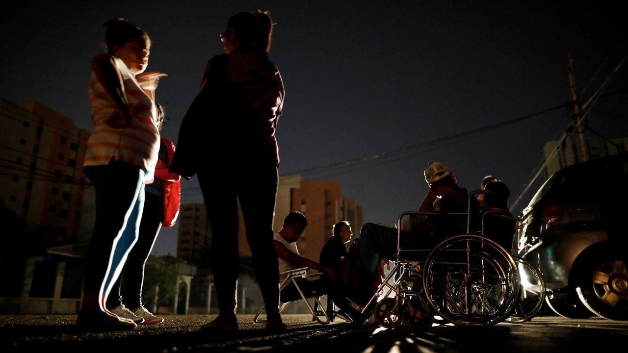 Enfermos renales aguardan en el exterior del centro de diálisis de Maracaibo a que se recupere el suministro eléctrico