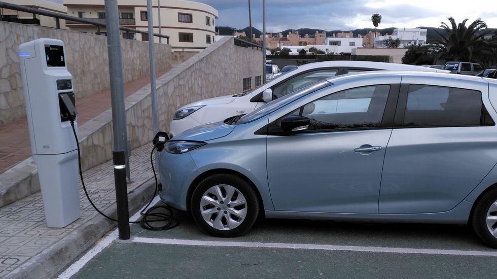 Un coche eléctrico posto a recargar nun punto de subministro público