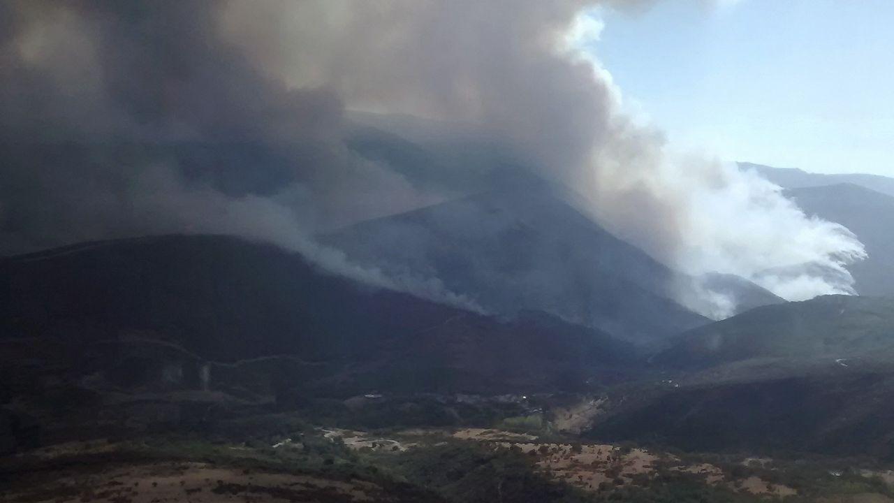 El humo generado por el gran incendio de Encinedo