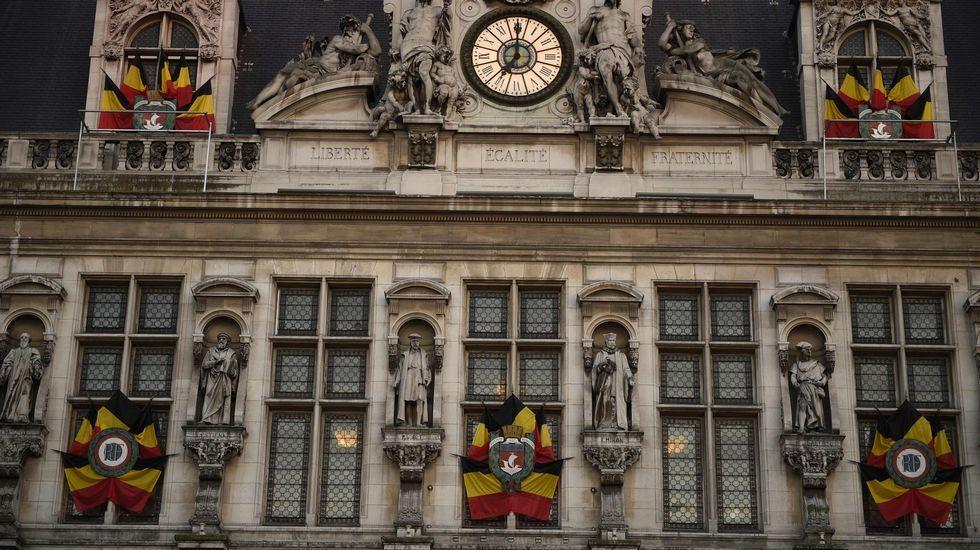 Banderas belgas en el ayuntamiento de París.