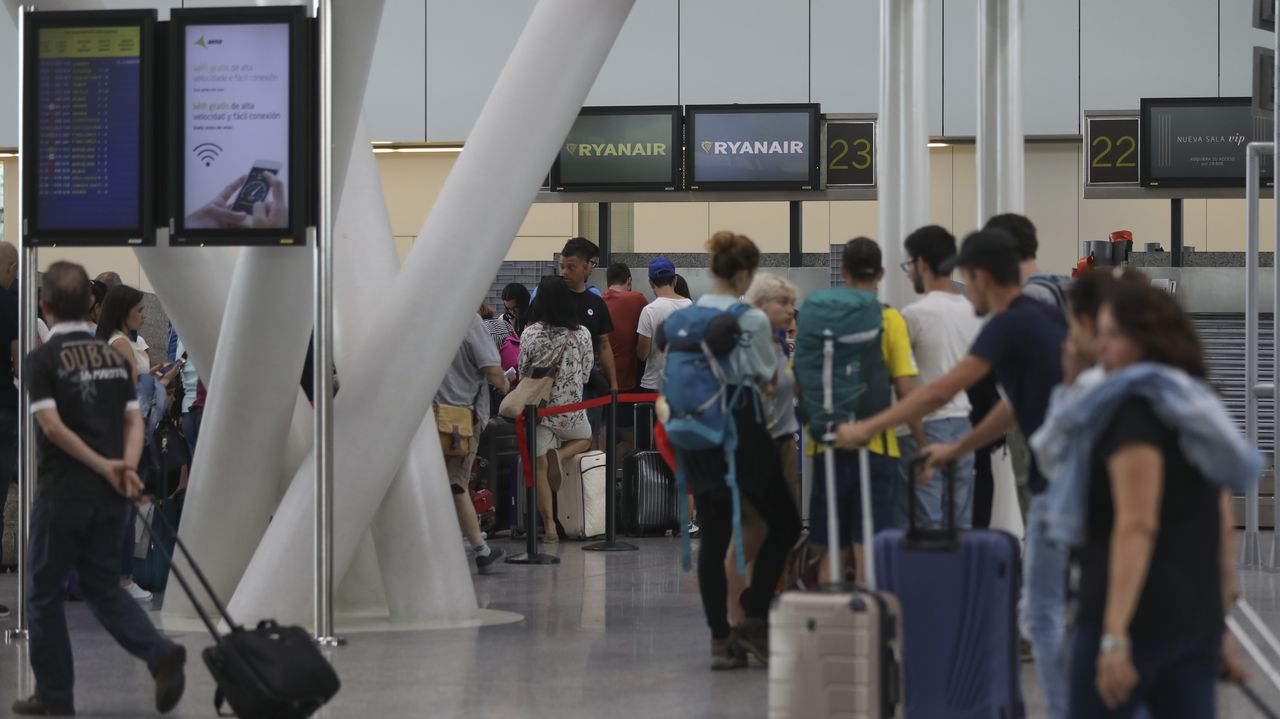 «Nos han fastidiado las vacaciones».Pasajeros de Ryanair, pendientes de las cancelaciones por la  huelga