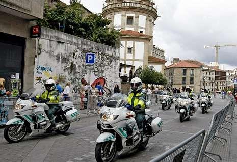 El operativo de la Guardia Civil a su paso ayer por el centro de la capital pontevedresa.