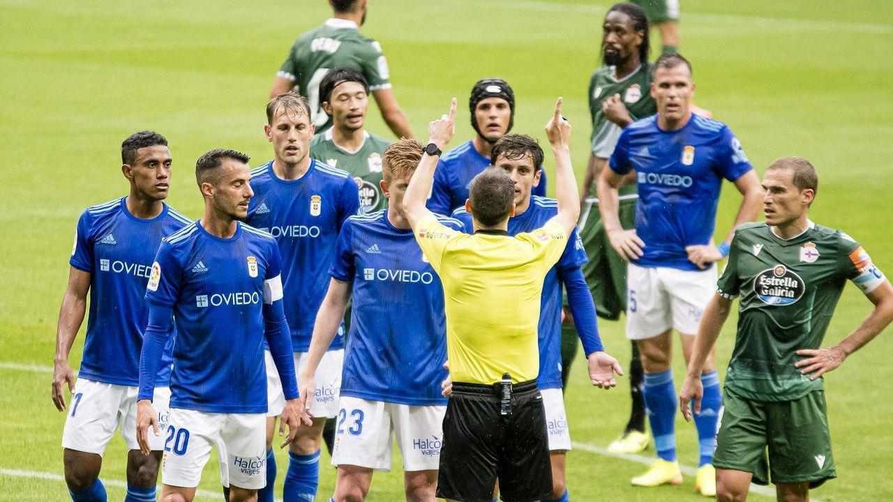 penalti Real Oviedo Deportivo Carlos Tartiere.Los futbolistas del Real Oviedo protestan el penalti pitado por Óliver de la Fuente Ramos