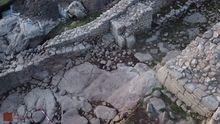 Pavimento de época romana o anterior descubierto en marzo en la entrada suroeste del castro de Elviña. En la roca central aparecen rodaduras de carro