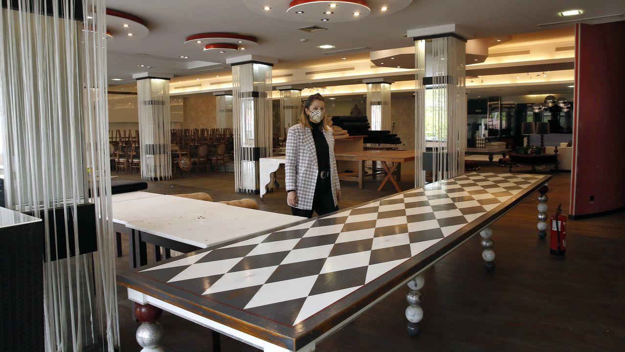 Carlota Fajardo explica que están acabando de redecorar el salón principal de Chicolino