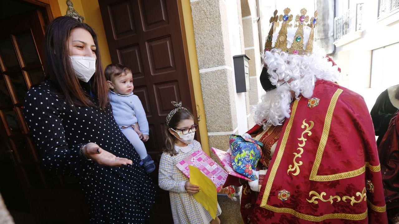 La magia de los Reyes de Oriente llega a Ourense.Vecinos en el puerto de Pajares