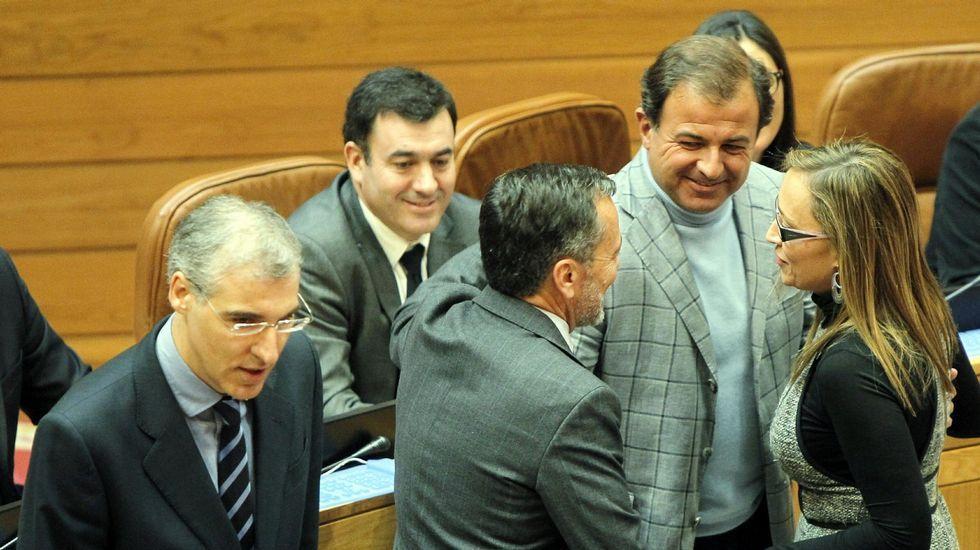 En la fila de atrás, Ángel Rivas, Isaura Abelarias y Santos Héctor Rodríguez, en una imagen de archivo de un pleno municipal
