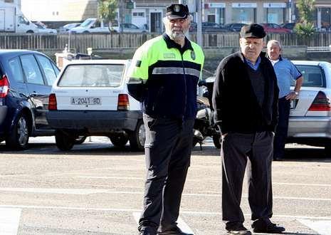 Los gobiernos locales aducen que desde Madrid no se les permite ampliar las plantillas.
