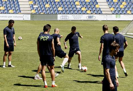 El Racing de Ferrol presenta las nuevas equipaciones para la temporada 2014-15.La plantilla del Pontevedra, durante un entrenamiento de esta semana en Pasarón.