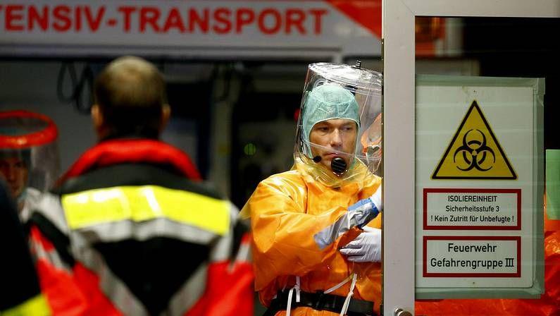 Así es el protocolo ante un caso de ébola.Esta es la habitación de aislamiento del Meixoeiro donde se ingresarían los posibles casos.