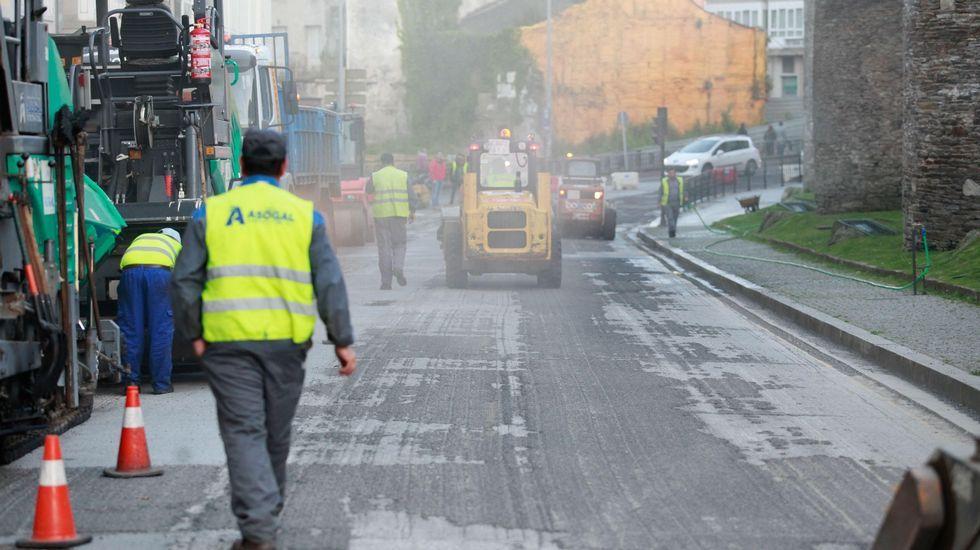 Arrancaron de noche las obras de asfaltado en la Ronda da Muralla