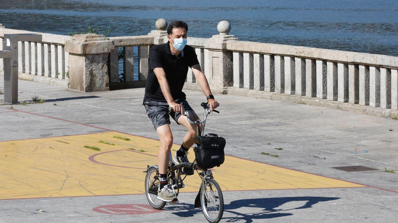 Paseando en bici con mascarilla por Viveiro