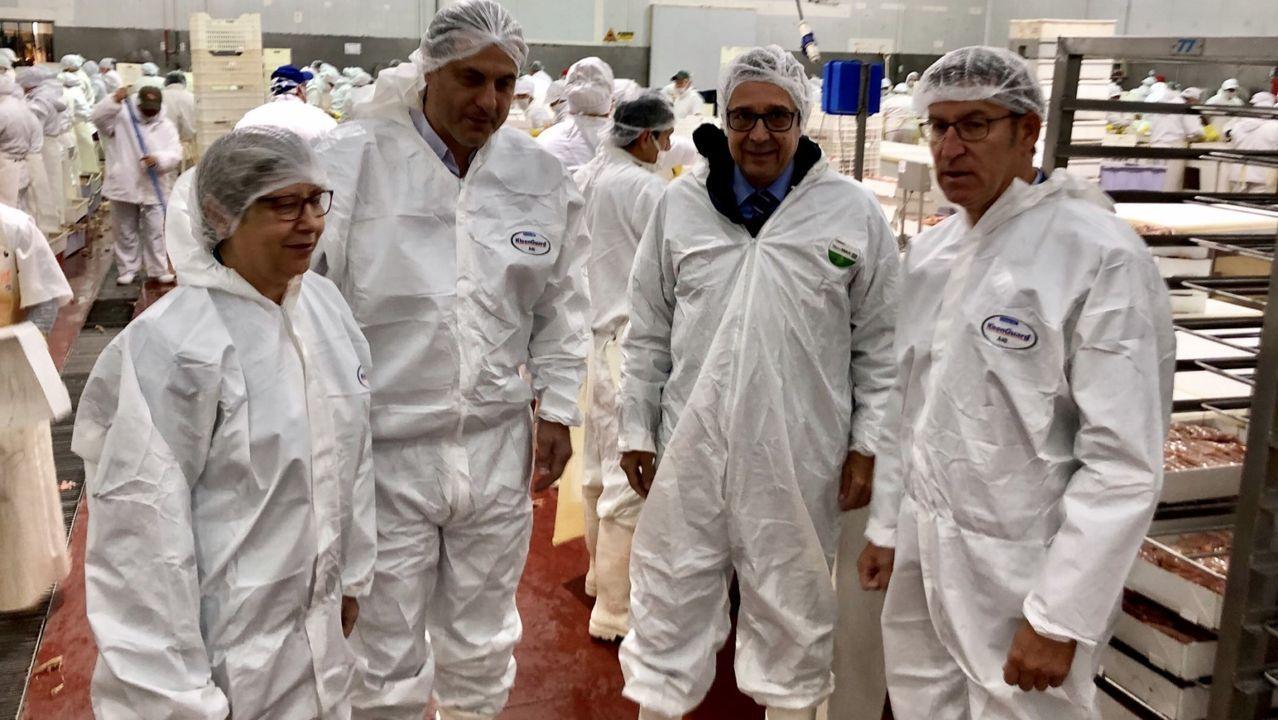 Feijoo y la conselleira do Mar, en una de las empresas que visitaron en Argentina