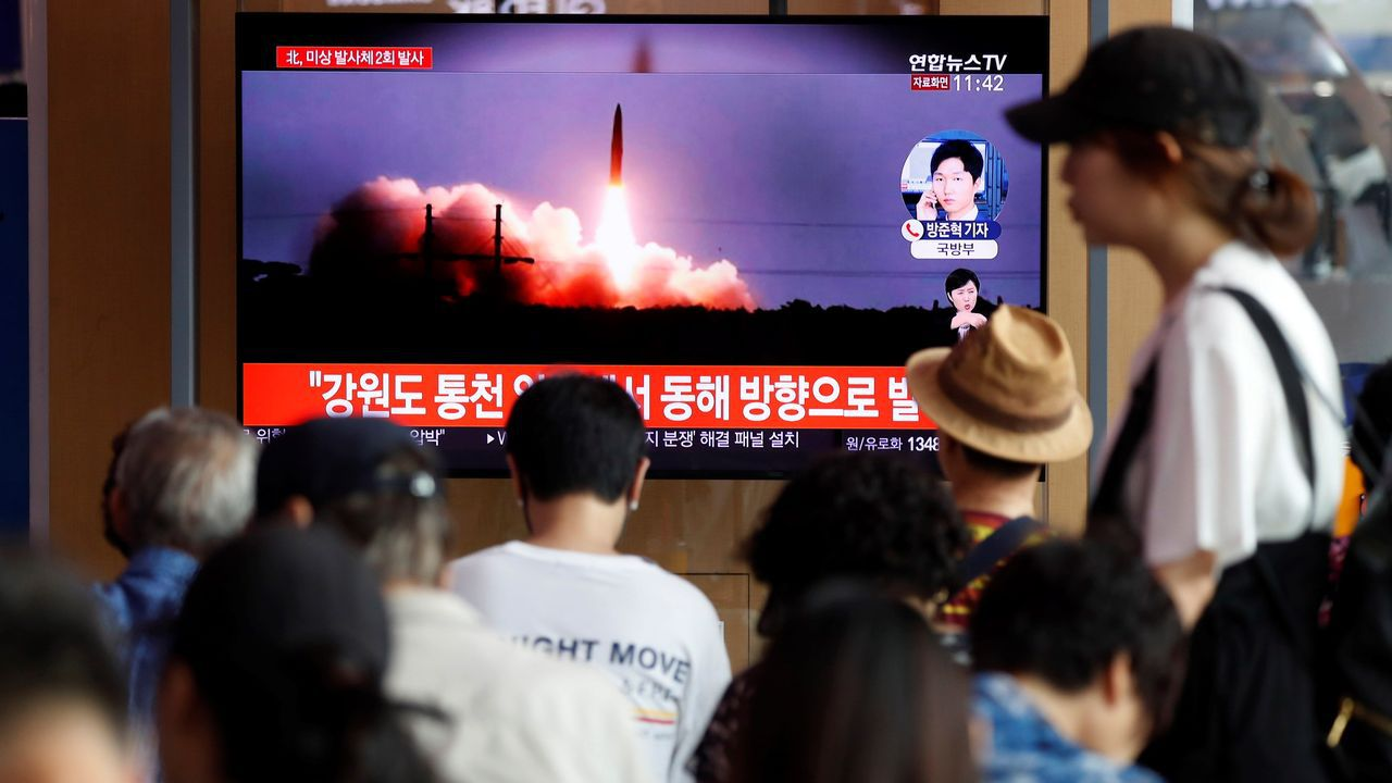 Dinero.Surcoreanos siguen las noticias sobre los nuevos lanzamientos de misiles desde Corea del Norte